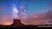 تصویری از کهکشان راه شیری در دره مانیومنت به هنگام ماه گرفتگی