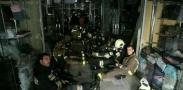 تصويري از آتش نشانان حاضر در داخل ساختمان پلاسکو قبل از تخريب
