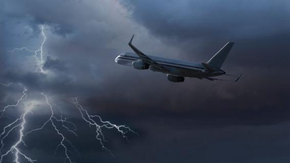 فیلم : لحظه برخورد صاعقه با هواپیمای مسافربری در آسمان مسکو