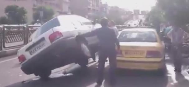 فیلم: تصادف عجیب پراید در خیابان انقلاب