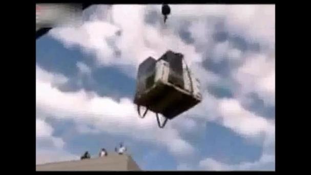 فیلم : افتادن اثاث روی ماشین
