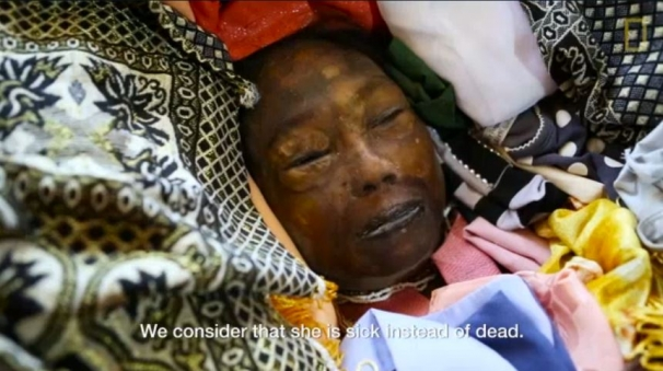 فیلم : سنت آرایش مردگان در اندونزی ( +18 )
