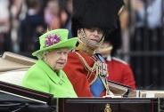 بازی با پوشش ملکه الیزابت / تصاویر