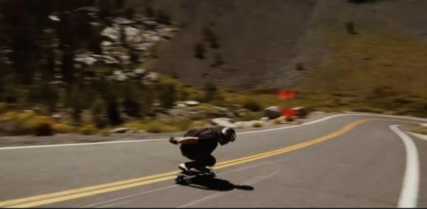فیلم : اسکیت سواری و پیچ و تاب سرعت در جاده