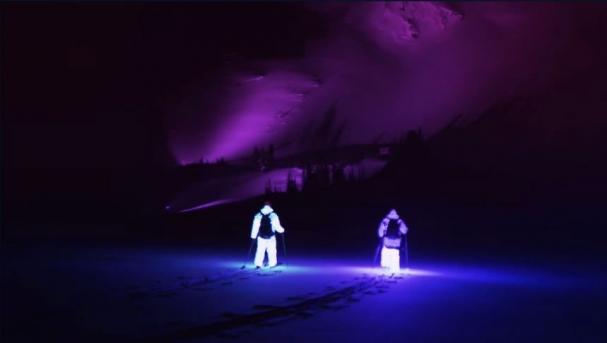 فیلم : اسکی سواری زیبا در شب با لباس های نورانی
