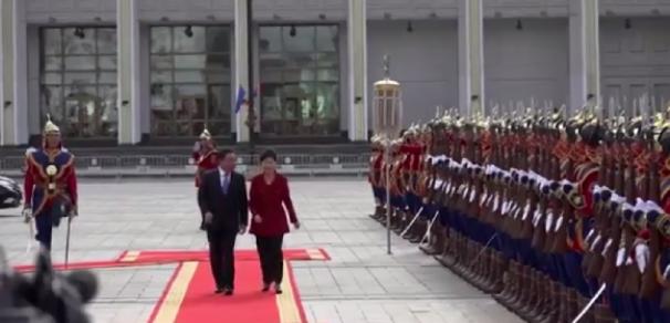 فیلم : مراسم استقبال از رئیس جمهور کره جنوبی در مغولستان