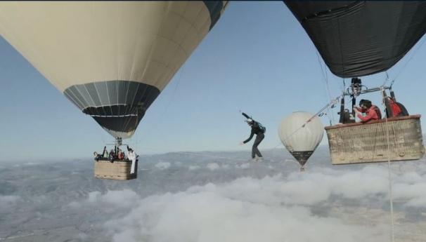 فیلم : ترسناک ترین بندبازی جهان ببین دو بالن در آسمان