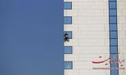 تصاویر : پاک کردن شیشه های آسمان خراش ها
