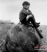 عکس : کودک انگلیسی که بر روی مین دریایی