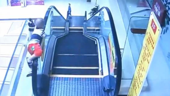 فیلم : سقوط کودک 2 ساله از پله برقی فروشگاه