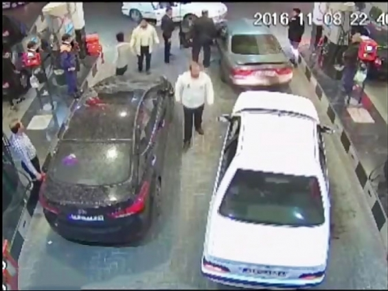 رفتار خشن پلیس با با یک شهروند در پمپ بنزین