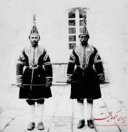 عکس : نوکرانی که در زمان ناصرالدین شاه جلوی کالسکه شاه می دویدند