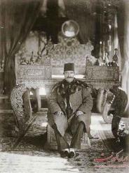 ناصرالدین شاه در تالار آینه - گلستان