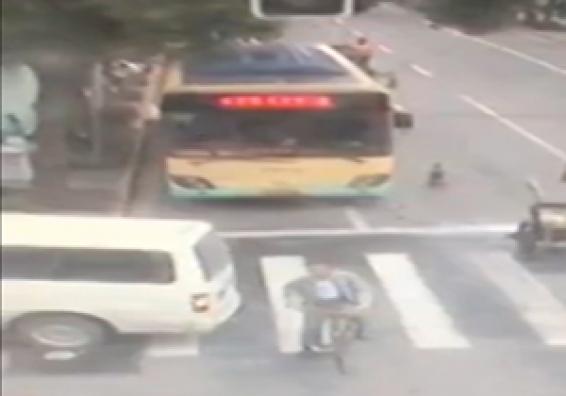 فیلم : مرگ هولناک دوچرخه سوار به خاطر دنده عقب ناگهانی یک زن