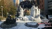 یخ زدن آبنمای یک پارک در خیابان ولیعصر تهران / تصاویر