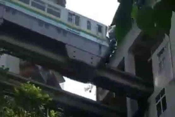 عبور قطار از داخل یک ساختمان مسکونی