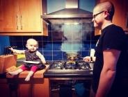 عکسهای پدر بی احتیاطی که فرزندش را با خطراتی از قبیل افتادن در آب تنها می گذارد