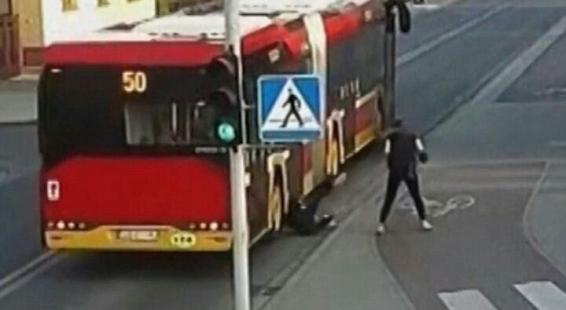فیلم:لحظه وحشتناک افتادن دختر نوجوان به زیر اتوبوس