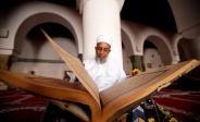 تک عکس : پیر مرد یمنی در حال قرائت قرآن