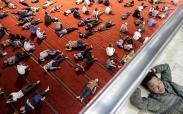 تک عکس : استراحت روزه داران اندونزی در مسجد