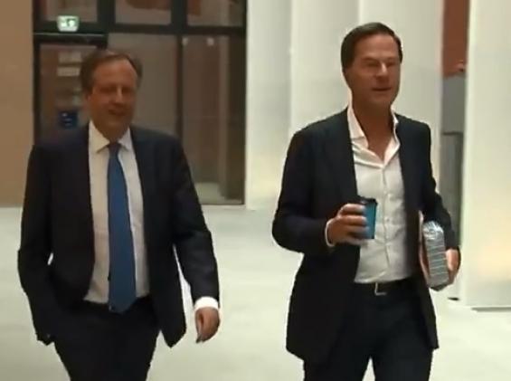 فیلم: واکنش نخست وزیر هلند وقتی قهوه اش روی زمین می ریزد