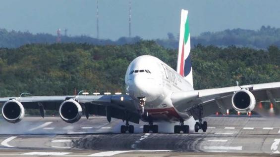 فیلم:لحظات دلهره آور لندینگ ایرباس A380 در طوفان - آلمان