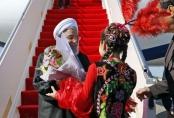 عکس | پوشش جالب دختر قزاق در استقبال از روحانی