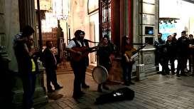 فیلم: اجری زیبای نوازندگان ایرانی در خیابان استقلال