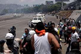 تصاویر: لحظه زیرگرفته شدن یک معترض توسط خودروی زرهی